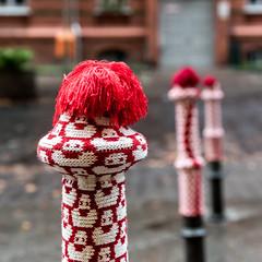 Pudelmütze für Poller (primephotomedia) Tags: berlin strickmode poller rot bommel