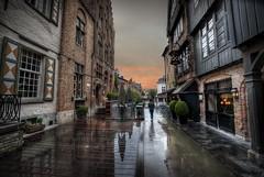 ... descubriendo la ciudad ... (franma65) Tags: street brugge brujas reflejos callejuela