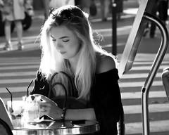 Les lueurs de la beaut/Paris Street Candid (floressas.desesseintes) Tags: paris quartierlatin boulevardstgermain odon beaut beauty femme woman frau jungefrau jeunefemme youngwoman glamour glow restaurant bar caf streetfotografie schwarzweis softkey