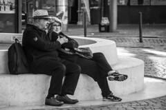 No h idade para amar (Love is ageless) (A. Paulo C. M. Oliveira) Tags: instantneo snapshot gentes peoples retrato portrait pb pretoebranco bw blackandwhite porto portugal nikon d3000