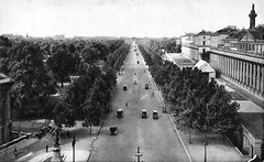 The Mall (Leonard Bentley) Tags: themall buckinghampalace westminstercathedral admiraltyarch stjamesspark framestoursltd statueofjamescook queenannesmansions cannon row london uk 1922 traffic cars 1914