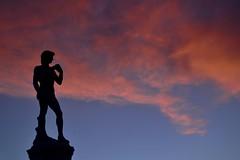 Que belo! (Daniel J. Nodari) Tags: nikon d3100 praa europa florena firenze brasil brazil cores colors colorido ceu sky azul vermelho sombra red blue pordosol sunset bluesky estatua nuvens clouds
