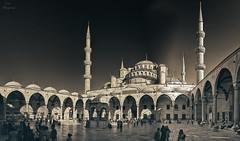 Patio interior de la Mezquita Azul... (Leo ) Tags: bluemosque mezquitaazul sultanahmetcamii mezquita arquitectura minaretes patio gente sedefkarmehmetaa mosaicos azul estambul turqua