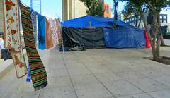 Viajeros inmviles (Robert Saucier) Tags: mexico mexicocity trottoir sidewalk pavement rue street tente tent bleu blue img9108