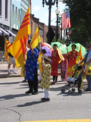 s kiu ngao (Gerry Dincher) Tags: internationalfolkfestival parade downtownfayetteville fayetteville cumberlandcounty northcarolina haystreet personstreet marketsquare outdoors multicultural folk southvietnam vietnamese flagofsouthvietnam