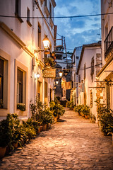 Spanische Gasse (Thomas Franke Photography) Tags: gasse spanien spain street strase pflastersteine abend blauestunde blue blau night light lamps lampen clouds tossademar costabrava canon 5d warm relaxing streetwalk