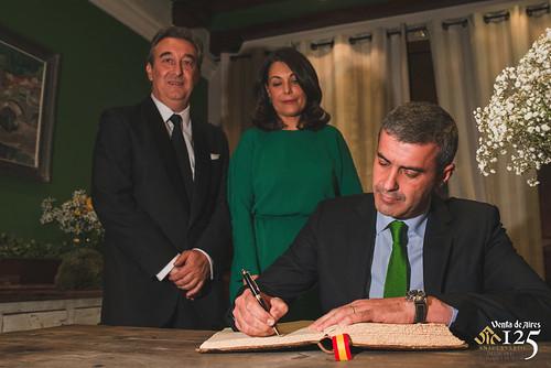 Alvaro Gutierrez firmando el libro de Honor de Venta de Aires. Toledo