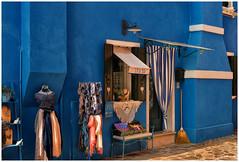 casa blu vende su escoba (hctoR condE) Tags: 2016 d610 italia venecia viajes negocio ropa escoba