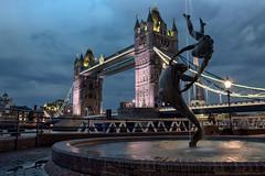 Boto Londrino (Biolchini) Tags: england london tower bridge boto dolphin golfinho darkclouds marcelobiolchini girl with fountain