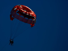 Primorsko games (ZUHMHA) Tags: sozopol sozopolis bulgarie bulgaria parachute red rouge bleu blue ciel sky personne people gens sport activité loisir plage mer sea line ligne courbe curve