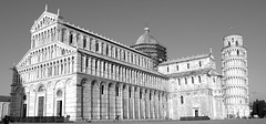 PISA DUOMO E TORRE PENDENTE (patrick555666751) Tags: pisaduomoetorrependenteblackandwhite pisa duomo e torre pendente pise et cathedral cathedrale tour penchee italie italia italy europa toscany toscane noir blanc black and white preto branco blanco y negro bianco nero schwarz und weiss toscana i negre tower europe flickr heart group 7dwf