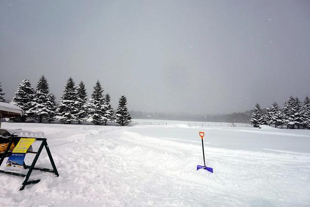 雪バナナボートをやっている場所まで来ました。|キープファームショップ