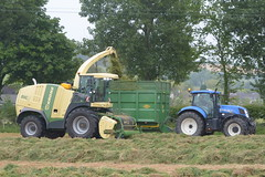 Krone Big X 770 SPFH filling a Thorpe Trailer drawn by a New Holland T7.210 Tractor (Shane Casey CK25) Tags: krone big x 770 spfh filling thorpe trailer drawn new holland t7210 tractor green cnh blue nh newholland self propelled forage harvester silage silage16 silage2016 grass grass16 grass2016 winter feed fodder county cork ireland irish farm farmer farming agri agriculture contractor field ground soil earth cows cattle work working horse power horsepower hp pull pulling cut cutting crop lifting machine machinery nikon d7100 traktori tracteur traktor trekker trator cignik