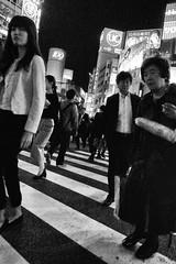 shibuya_GRDIII_161013_R0011537 (jamro_jamro) Tags: monochrome shibuya night candid shibuyacorssing bw blackandwhite street tokyo grdiii grdigital