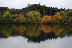 Mhnesee - Herbstblues (Michael.Kemper) Tags: canon eos 6d canoneos6d canonef2470f4lisusm ef 2470 f4l is usm deutschland germany nrw nordrheinwestfalen northrhinewestphalia westphalia mhnesee moehnesee mhne moehne see lake sauerland kreis soest gemeinde flus river reservoir mohne mohnesee dambusters dam mhnetalsperre langzeitbelichtung bulbexposure long herbst autumn fall foliage herbstlaub frbung fallfoliage spiegelung reflection longexposure longtimeexposure wamel kanzelbrcke