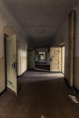 Das Haus der Offiziere - endlos lange Gänge (ho4587@ymail.com) Tags: hausderoffiziere verlassen abandoned kaputt zerstört urbex gebäude gang korridor licht türen endlos