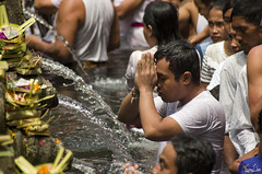 Prire  Tirta Empul (Rosca75) Tags: indonesia tradition culture indonesianculture tirtaempul temple religion pray prayers offerings water fountain fountains ubud bali watereffect