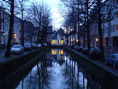 Canal y reflejos al atardecer (Mighty Barbs) Tags: winter netherlands museum court la holidays corte internacional literature hague paseo international holanda invierno vacaciones haya