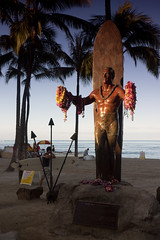 Duke Paoa Kahanamoku (Kokkai Ng) Tags: morning blue trees sculpture usa sunlight tree male beach sport statue bronze sunrise dawn hawaii waikiki oahu surfer duke surfing garland palm palmtree surfboard northamerica honolulu waikikibeach paoa armsout kahanamoku placeofinterest onemanonly dukekahanamokustatue hawaiiislands artisticproduct traditionallyhawaiian