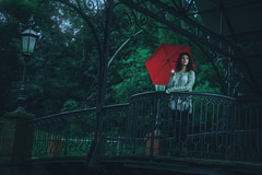 Enlace (JavierAndrs) Tags: mujer woman chica girl paraguas umbrella rojo red puente bridge lmpara lamp farol baranda rail handrail hierro iron techado ceiling jven young kid fifteen quince quinceaera color colores colors bosque forest rboles trees nature naturaleza mirada look lluvia rain rainy lluvioso clima weather fro cold glow destello lugar place ropa clothes indie mood moody atmsfera atmosphere ethereal eterea belleza beauty prima cousin nikon nikkor d800 50mm sanambrosio crdoba argentina 14 f14 arco arc