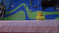 Pollito po (Xic Eseyosoyese (Juan Antonio)) Tags: pato de peluche sentado cool en la cama siendo chevere por el gusto ser estado animo contento casa cuarto pintura verde azul amarillo llaveros canon powershot sx170is duck tales pollito o pio no se chicken