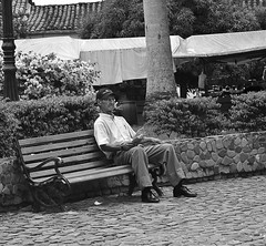 Esperando en la vejez del parque / Waiting in old age park (Juan David Bastidas Blanco) Tags: blancoynegro blackandwhite people old grandfather santa fe de antioquia