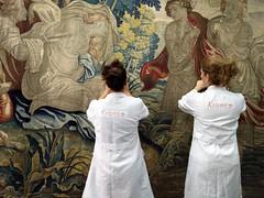 Trabajando sobre el tapiz en vertical (KRONOS Servicios de Restauracin) Tags: tapices museodeartesdecorativas restauracindetejidos kronos