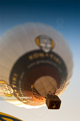 Balloon. (arturii!) Tags: blue sky people colors beauty up festival wow flying amazing nice colorful europa europe colours nest superb awesome great group balloon fil meeting catalonia kontiki pack crew stunning colored catalunya nido impressive gettyimages globo globus tela takingphoto igualada anoia tiltshift cistella aerostatic interetsing fabrick europeanballoonfestival canonoes400d arturii tilteffect arturdebattk