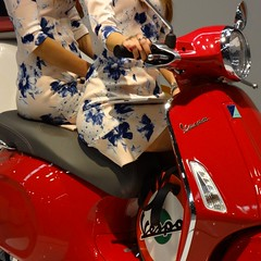 vespa (archifra -francesco de vincenzi-) Tags: girls red square rouge vespa scooter chicas rosso filles piaggio carr vespaprimavera archifraisernia francescodevincenzi motodays2014 motodays2014fieradiroma