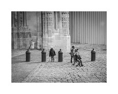 Les enfants de la cathédrale de Rouen (SiouXie's) Tags: street city bw blackwhite fuji child noiretblanc rouen normandie 1855 rue enfant normandy ville siouxies fujixe2