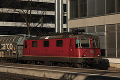 SBB Lokomotive Re 4/4 II 11286 ( Hersteller SLM Nr. 4932 - BBC - MFO - SAAS => Baujahr 1973 ) am Bahnhof Bern Bmpliz Nord bei Bern im Kanton Bern der Schweiz (chrchr_75) Tags: chriguhurnibluemailch christoph hurni schweiz suisse switzerland svizzera suissa swiss chrchr chrchr75 chrigu chriguhurni 1503 mrz 2015 albumbahnenderschweiz albumbahnenderschweiz201516 schweizer bahnen eisenbahn bahn train treno zug albumzzz201503mrz albumsbbre44iiiii lok lokomotive sbb cff ffs schweizerische bundesbahn bundesbahnen re44 re 44 juna zoug trainen tog tren   locomotora lokomotiv locomotief locomotiva locomotive railway rautatie chemin de fer ferrovia  spoorweg  centralstation ferroviaria