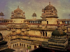 INDIEN, historisches Orchha,  Raja Mahal-Fort und Jahangir Mahal- Palast, 14115/6964 (roba66) Tags: city travel urban india building castle history texture tourism monument arquitetura architecture reisen asia asien cityscape arch fort platz urlaub capital kultur arc culture places visit palace historic explore stadt architektur historical tradition schloss turm indien bau castillo palast hdr faade burg castelli fassade inde historie voyages geschichte festung citadelle zitadelle fortess jahangir orchha kastell textur jehangir northernindia effecte kulturdenkmal torresdedefensa tikamgarh rajamahal pradesh roba66 madhya indiennord indienhistorischesorchha
