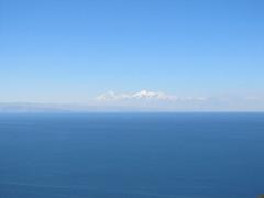 """Lac Titicaca: vue sur les sommets enneigés depuis notre chambre à l'Isla del Sol <a style=""""margin-left:10px; font-size:0.8em;"""" href=""""http://www.flickr.com/photos/127723101@N04/28568021176/"""" target=""""_blank"""">@flickr</a>"""