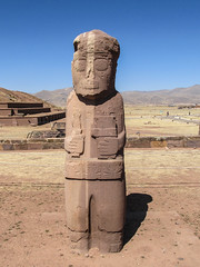 """Tiwanaku: le monolithe à 2 couleurs El Fraile (le prêtre) <a style=""""margin-left:10px; font-size:0.8em;"""" href=""""http://www.flickr.com/photos/127723101@N04/28600596962/"""" target=""""_blank"""">@flickr</a>"""