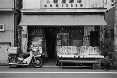 Leica_m_BW_5362_M35F35_TOKYO (OPTIK AXIS) Tags: camera blackandwhite film japan tokyo monochromatic m42  135  rf leicacamera   blackandwhitefilm   ilfordpan400 35mmf35    analoguephotography  ernstleitzgmbhwetzlar summaronf35cm135  m garylevel 35mmf35
