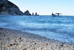 A volte  meglio perdersi sulla strada di un viaggio impossibile che non partire mai. (illyphoto) Tags: illyphoto photoilariaprovenzi sirolo spiaggiadelleduesorelle marche mare spiaggia barca approdo