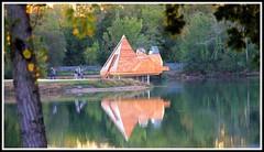 Le prisme : Refuge pri-urbain -Lac d' Ambars (prs BORDEAUX) (Les photos de LN) Tags: leprisme refuge priurbain cabane logement abri nature lac ambars bordeaux aquitaine reflet pyramide pilotis vitraux