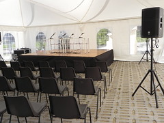 "Allestimento conferenza con tendone casse palco e sedie • <a style=""font-size:0.8em;"" href=""http://www.flickr.com/photos/98039861@N02/16381165475/"" target=""_blank"">View on Flickr</a>"