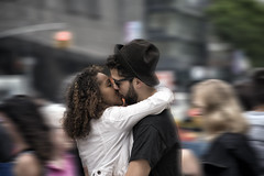 NYC100336 (a PSYCHIATRIST'S view) Tags: kissing nyc manhattan couples love amor portraits photojournalism