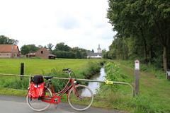 Kasteel van Horst - Holsbeek (Kristel Van Loock) Tags: bicycle europa europe belgium belgique belgi bikes bici belgica fietsen vlo fiets flanders belgien bicicletta belgio rode biciclette vlaanderen flandre kasteelvanhorst sintpietersrode vlaamsbrabant redbicycle waterburcht holsbeek biciclettarossa fiandre flemishbrabant vlorouge