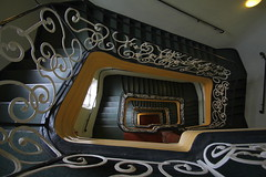 Schlingelschlangeltreppe (Elbmaedchen) Tags: stairs staircase stairwell treppenhaus escaliers escaleras roundandround gelnder tiefe spirale berlin schnrkel stufen