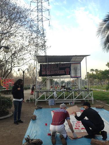 Resistimos banner being painted in Parque André Jarlan, La Comuna Pedro Aguirre Cerda
