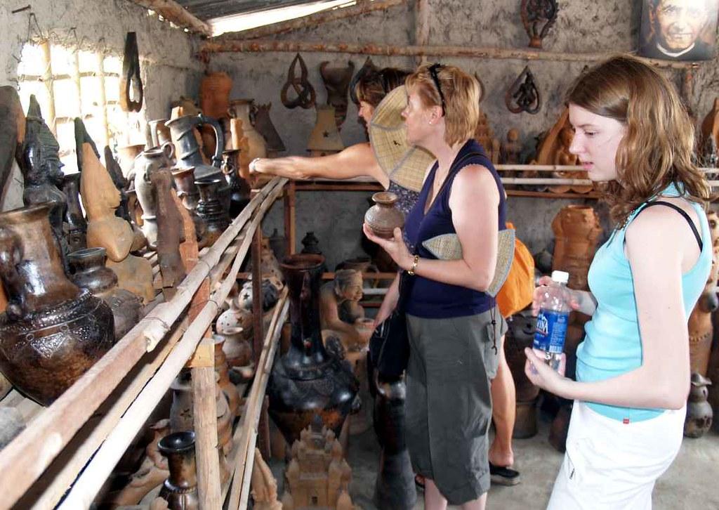 Du khách nước ngoài tham quan một cơ sở gốm m ỹ nghệ tại làng nghề gốm Bàu Trúc