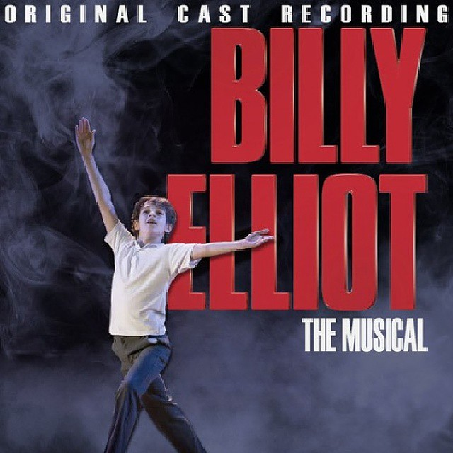 Elliott Hanna(빌리 엘리어트 역) 뮤지컬 라이브 (BILLY ELLIOT THE MUSICAL LIVE, 2014) [네이버] 영국 최고의 명작 뮤지컬 공연 실황! 우리에게 찾아 온 단 하나의 위대한 감동! 가난한 탄광촌에서 파업시위에 열성인 아버지와 형 그리고 치매증세가 있는 할머니와 함께 살고 있는 소년 '빌리'는 아버지의 강요로 하게 된 권투 수업 중 중 우연히 본 발레 교실을 통해 본능적으로 춤에 이끌리는 자신을 발견한다. '빌리'는