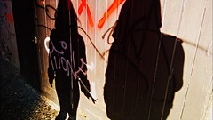 Warme Schatten und Klte (Prinz Johannes) Tags: school light me zeiss graffiti nokia wind before shades ombre her smoking monday kalt freddo luce 920 lichter mauer neapel montag cigarets lumia windig piazzadelges polaretti halbneun