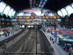 Cortex (nabstech) Tags: station germany time hamburg central trains passengers shops late stress crowdy
