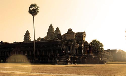 Angkor Wat in gold (Chetra Chap, 2013).