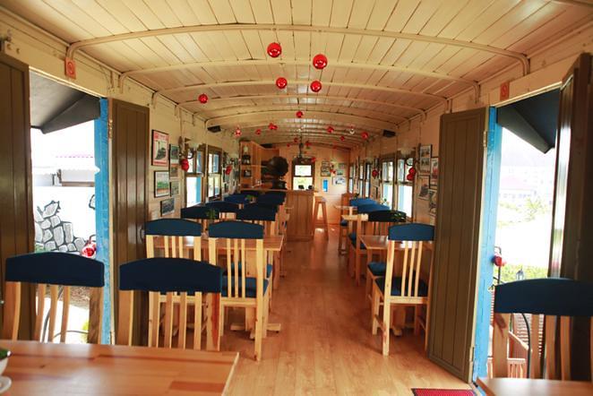 3cafe tàu cho du khách đến với ga Đà Lạt