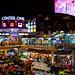 Près de Victory Monument. Les écrans géants sont omniprésents dans Bangkok, tout comme les écrans de portables et autres bidules luminescents.