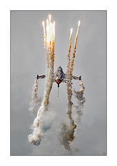 Falcon on Fire (richieb56) Tags: military luftfahrt militr airshow belgianairforcedays2016 aircraft flugzeug special paint scheme display artist impression f16 fighting falcon solo flares    luftfart ilmailu  maunakea  penerbangan eitlochta flug  loftfaart luchtvaart lotnictwo aviao flyg aviacin  havaclk hng khnghedfan aviation